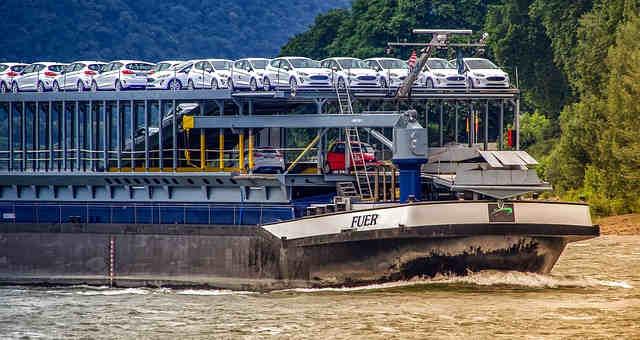 Barco com carros para exportação
