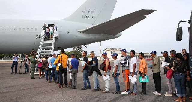Refugiados venezuelanos entram em avião