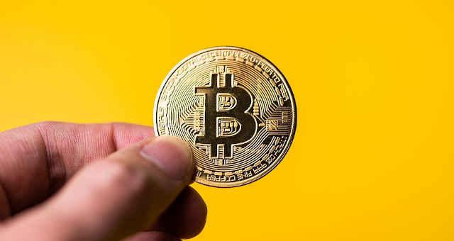 bitcoin moeda mão