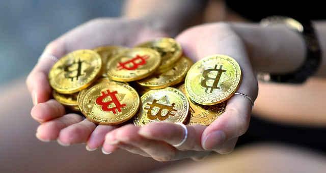 bitcoin moedas douradas mão