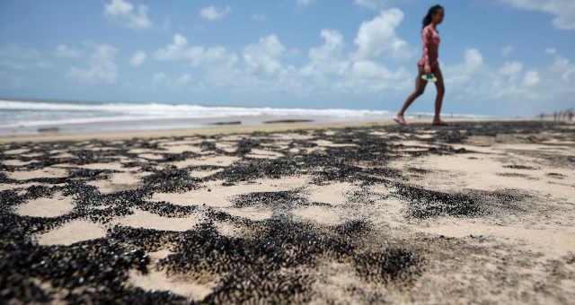 Petróleo é visto na praia Sítio do Conde, em Conde, na Bahia