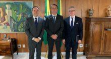 Presidente Jair Bolsonaro, no centro, com Eduardo Ricotta, presidente da Ericsson Latam South, (à esquerda) e Börje Ekholm, presidente-executivo global de Ericsson (à direita),