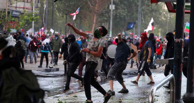 Manifestantes protestam contra o governo chileno em Santiago