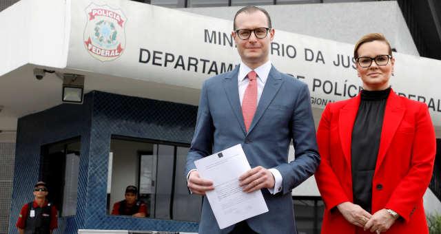 Advogados Cristiano Zanin e Valeska T. Martins, que defendem o ex-presidente Luiz Inácio Lula da Silva, em frente ao prédio da PF em Curitiba