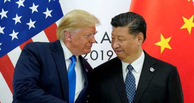 O presidente dos EUA, Donald Trump, se encontra com o presidente da China, Xi Jinping,