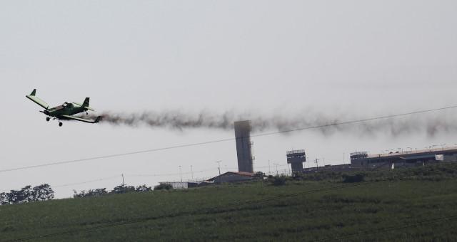 Avião aplica fertilizantes a plantio de cana em Piracicaba (SP)