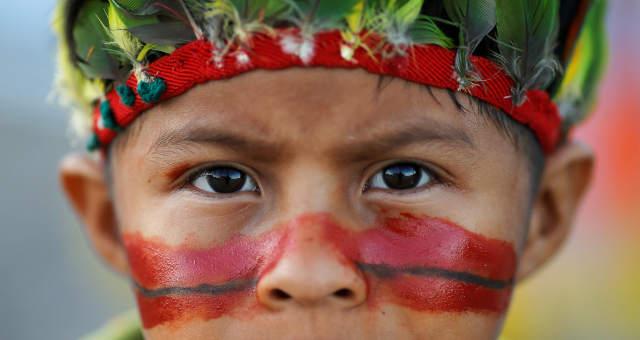Criança indígena em protesto dos Guarani Kaiowá em frente ao Supremo Tribunal Federal, em Brasília