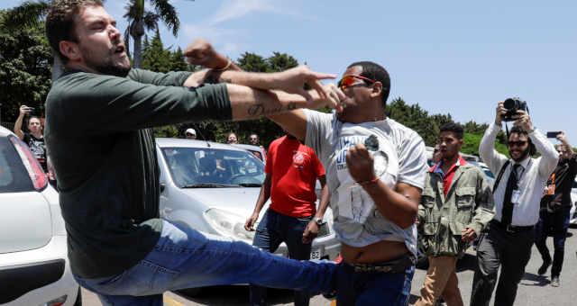 Apoiador do presidente venezuelano, Nicolás Maduro, briga com apoiador do líder de oposição da Venezuela, Juan Guaidó, do lado de fora da embaixada venezuelana em Brasília