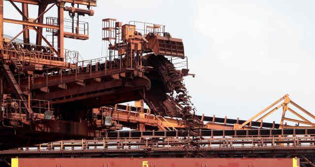 Navio é carregado com minério de ferro para exportação em São Luís (MA)