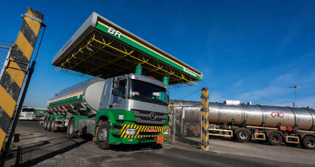Caminhão-tanque deixa refinaria da Petrobras em Canoas (RS)