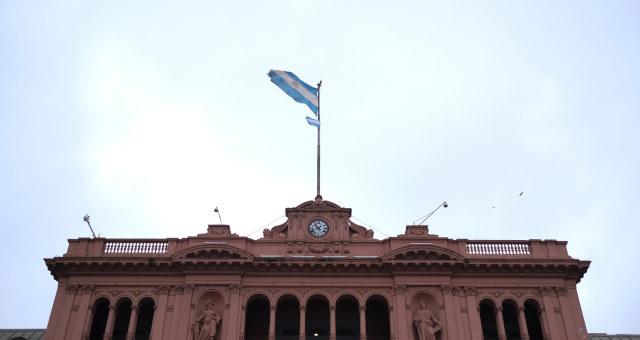 Bandeira argentina no topo da Casa Rosada, em Buenos Aires