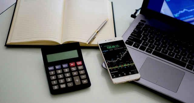 computador análise estatística gráfico preço celular mercado caderno calculadora anotação caneta mesa