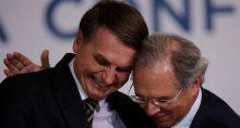 Presidente Jair Bolsonaro e ministro da Economia, Paulo Guedes, durante cerimônia no Palácio do Planalto