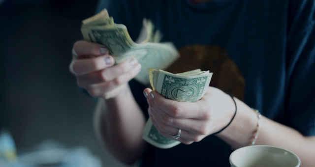 dólar contando dinheiro