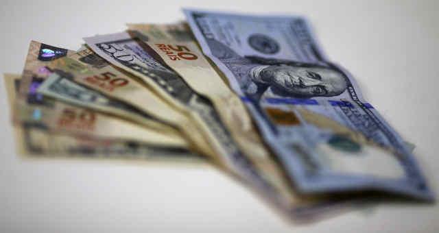 Notas de dólar e real