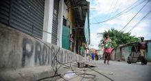 Rio de Janeiro - Moradores da Favela do Mandela, onde contêineres da Unidade de Polícia Pacificadora (UPP) foram queimados ontem (20) à noite, acompanham o trabalho de limpeza do entorno (Tânia Rêgo/Agência Brasil)
