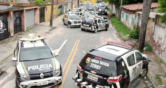 Viaturas da Polícia Militar do Ceará em frente a batalhão durante greve de policiais em Fortaleza