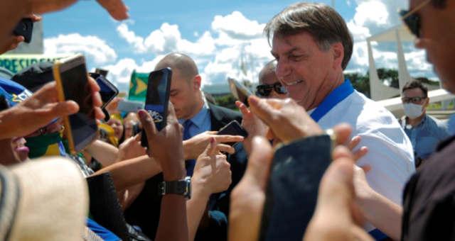 Presidente Jair Bolsonaro cumprimenta apoiadores no Palácio do Planalto