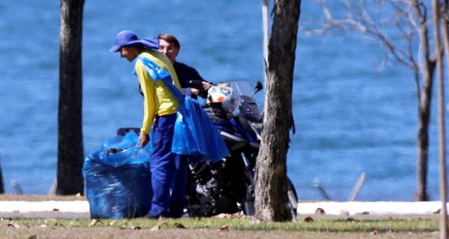 Com Covid-19, Bolsonaro passeia de moto sem máscara e conversa com ...