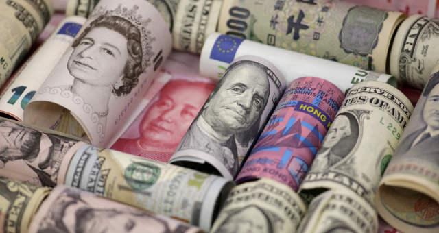 Notas de euro, dólar norte-americano, dólar de Hong Kong, iene japonês