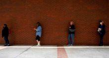 Pessoas em fila para pedido de auxílio-desemprego em Fort Smith, Arkansas (EUA) 06/04/2020