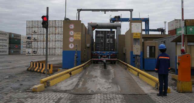 Santos Brasil STBP3 Caminhão em processo para deixar contêiner no porto de Santos