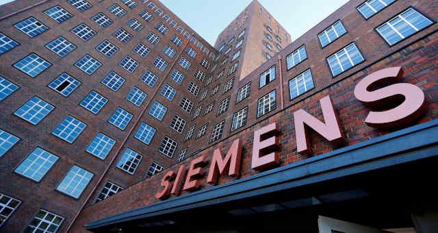 Logotipo da Siemens na fachada de um prédio em em Berlim.