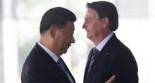 Bolsonaro e o presidente chinês, Xi Jinping, se cumprimentam em Brasília, em cúpula do Brics em 2019