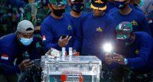 Integrantes da Marinha da Indonésia tiram fotos do gravador de dados recuperado de avião da Sriwijaya Air