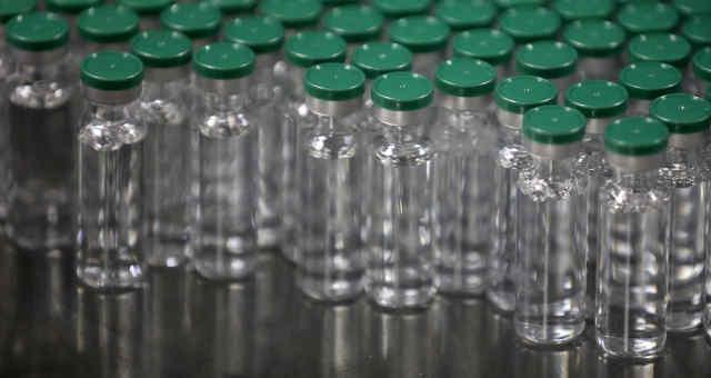 Ampolas vazias para vacina da AstraZeneca contra Covid-19 no Serum Institute of India