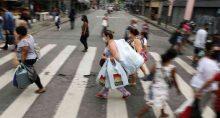 Pessoas caminham no Rio de Janeiro, em meio à pandemia de coronavírus