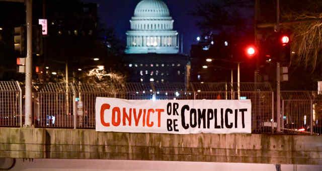 Faixa de protesto contra o ex-presidente dos EUA Donald Trump em frente ao prédio do Congresso dos EUA