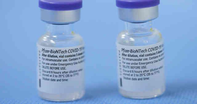 Recipientes de vacina da Pfizer contra a Covid-19