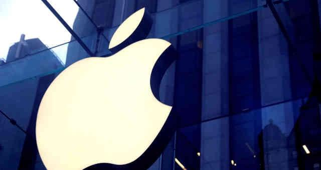 Logotipo da Apple em frente a loja da empresa em Nova