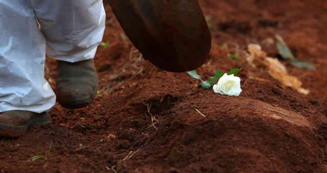 Enterro de vítima da Covid-19 em cemitério Vila Formosa, em São Paulo 23/03/2021