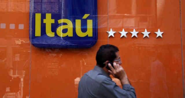 Homem passa em frente a agência do Itaú Unibanco, no Rio de Janeiro
