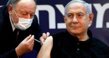 Primeiro-ministro israelense, Benjamin Netanyahu, é vacinado contra a Covid-19 em centro médico em Ramat Gan, em Israel