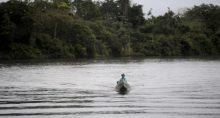 Pescador em hidrelétrica