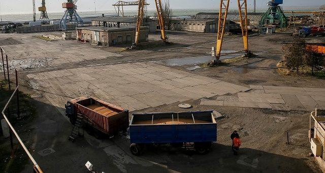 Caminhão com grãos no porto de Berdyansk, Ucrânia