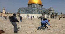 Polícia israelense e palestinos se enfrentam em frente à mesquita de Al Aqsa em Jerusalém 10/05/2021