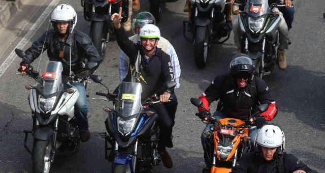 Presidente Jair Bolsonaro acena a apoiadores durante manifestação de motociclistas que liderou no Rio de Janeiro
