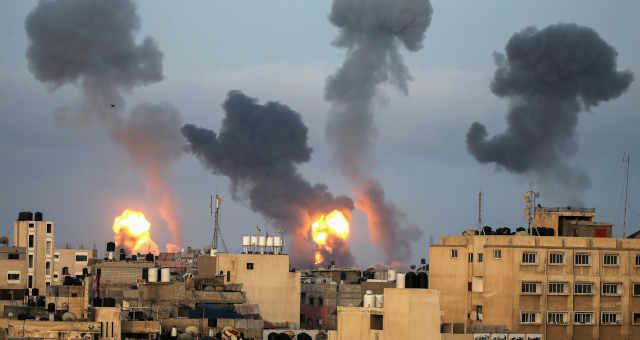 Chamas e fumaça após ataque aéreo de Israel no sul da Faixa de Gaza 11/05/2021 REUTERS/Ibraheem Abu Mustafa
