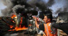Bombeiros palestinos combatem chamas em fábrica atingida por ataque de Israel em Gaza 17/05/2021 REUTERS/Ashraf Abu Amrah