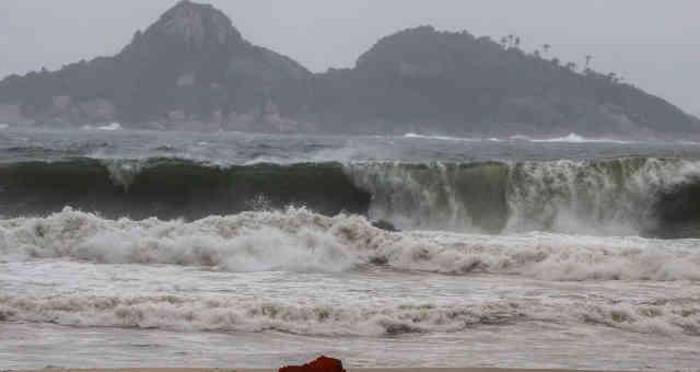 Frete fria traz tempestadee e ressaca na praia da Barra da Tijuca, no Rio de Janeiro