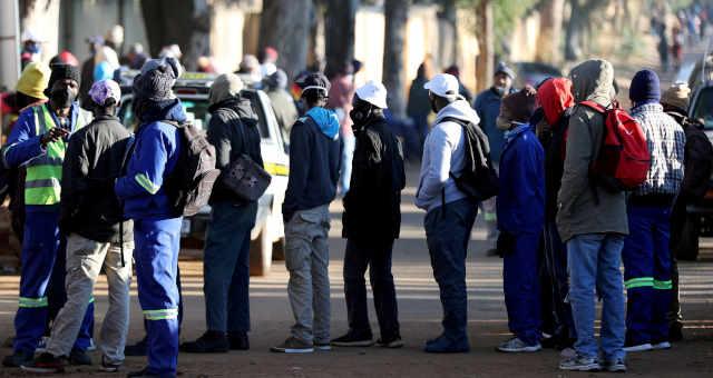 Pessoas buscam emprego em uma obra de construção civil na cidade de Eikenhof, na África do Sul