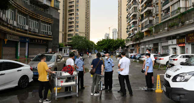 Polícia impõe bloqueio em rua de Guangzhou, na província de Guangdong