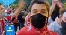 Torcedor do Atlético de Madri, da Espanha, mostra aplicativo do Chiliz em celular