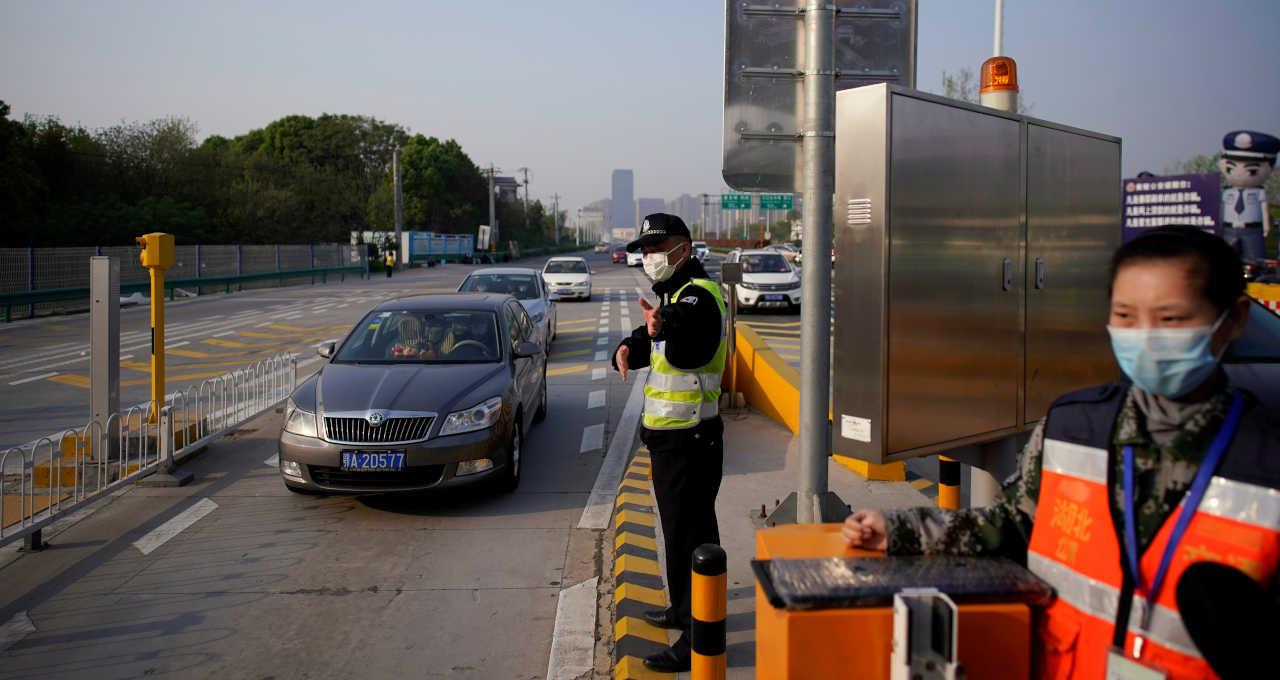 Agente direciona o tráfego em Wuhan, China