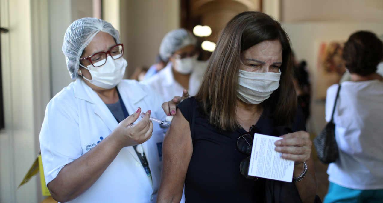 Mulher recebe dose de vacina da AstraZeneca contra Covid-19 no Palácio do Catete no Rio de Janeiro