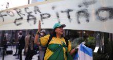 Manifestação de apoio ao presidente Jair Bolsonaro na frente do hospital em que estava internado